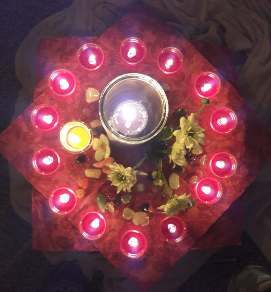 Frauenkreis - Kerzen in der Mitte - jede Frau entzündet ihr Licht, trägt damit zum Kreis bei, wird Teil