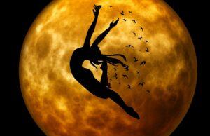 Rauhnacht Mond Frau Silhouette